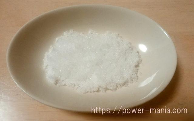 お皿に天然の塩を入れたところ