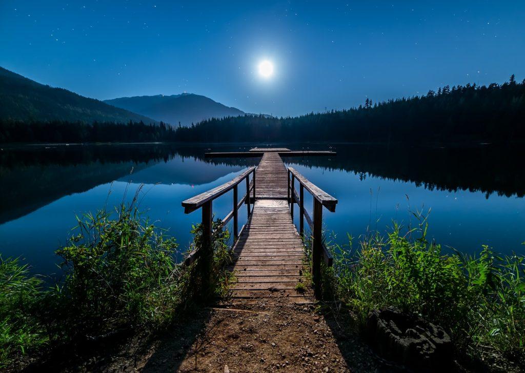 月光のさすベランダ