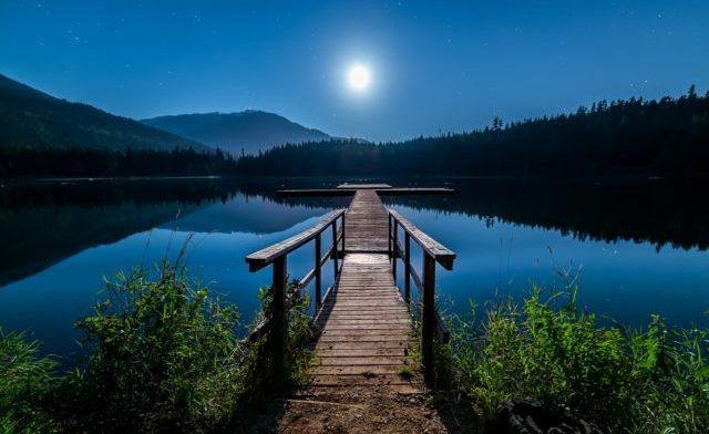 月光に照らされた池のそばのベランダ