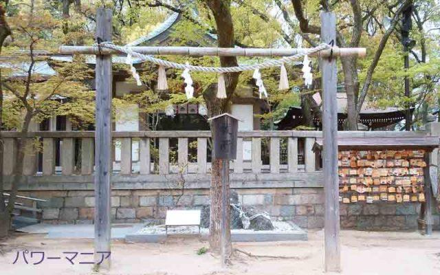 湊川神社のさざれ石