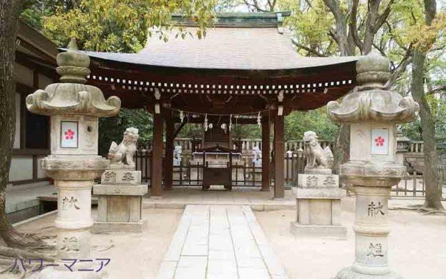 湊川神社にある菊水天満神社・狛犬の手前