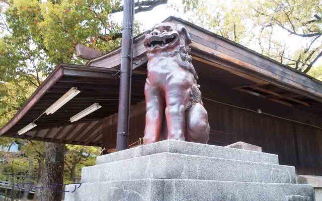 湊川神社本殿手前の狛犬右