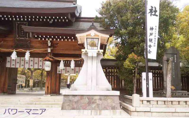 湊川神社・入口の灯篭