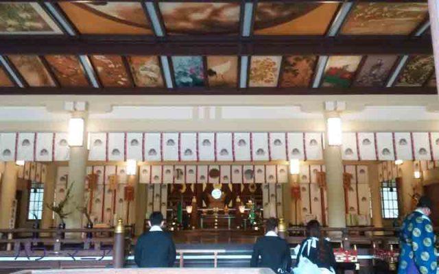 湊川神社・本殿でのお宮参りの様子