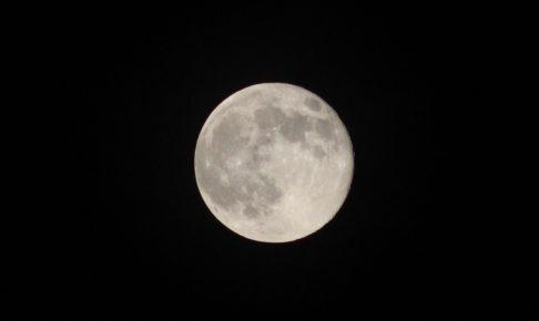 夜空に浮かぶ満月・浄化のイメージ