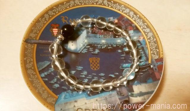 お皿の上の水晶とオニキスのパワーストーンブレスレット