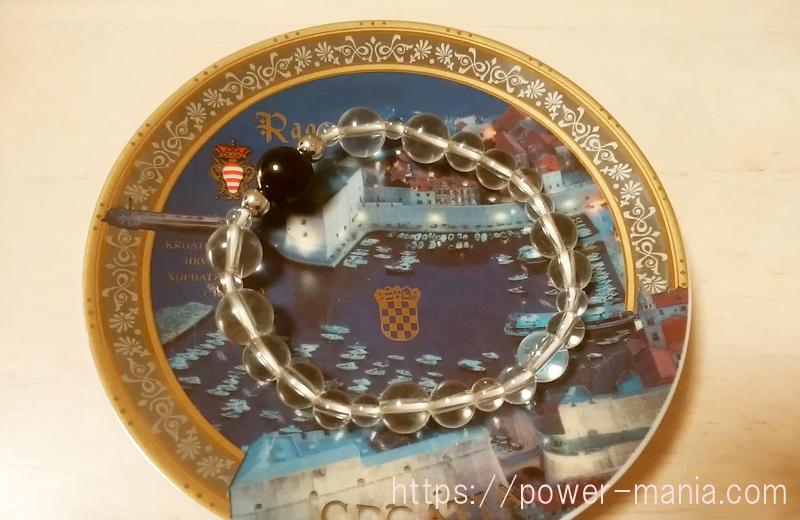 お皿の上の水晶ブレスレット