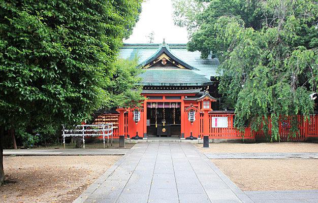 馬橋稲荷神社の参道から見る拝殿