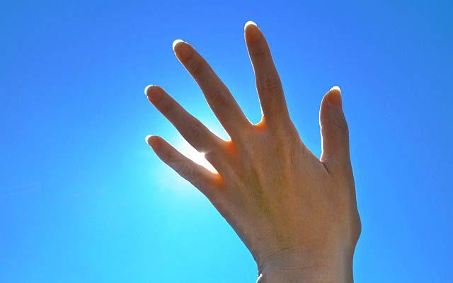 左手から太陽のエネルギーを受けているところ