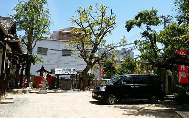 柳原天神社の境内の駐車スペース
