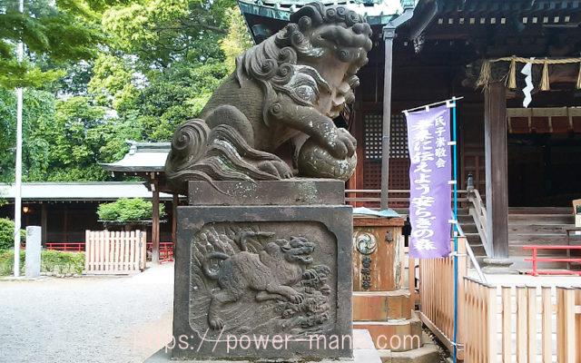 拝殿前の狛犬・左