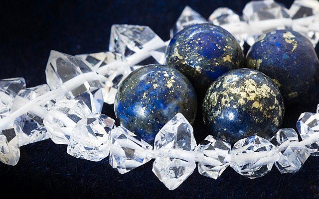 ラピスラズリの丸玉数粒と水晶