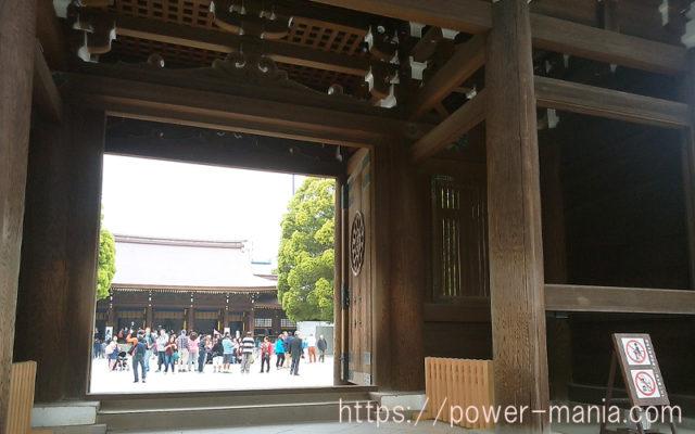 明治神宮の神門から拝殿側を見る