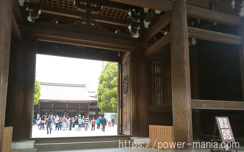 神門から拝殿側を見る