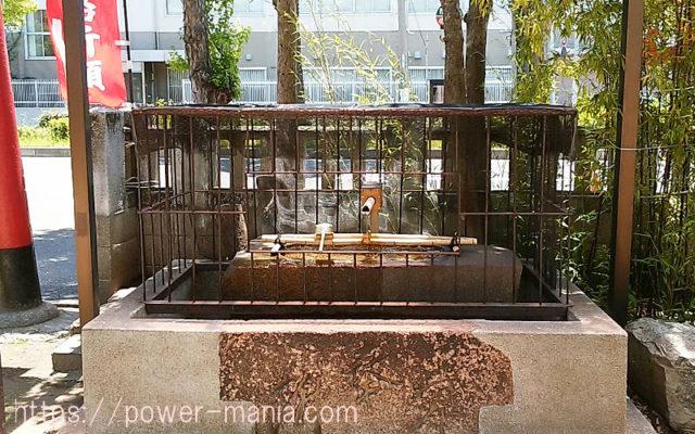 柳原天神社の柵に囲まれた手水舎