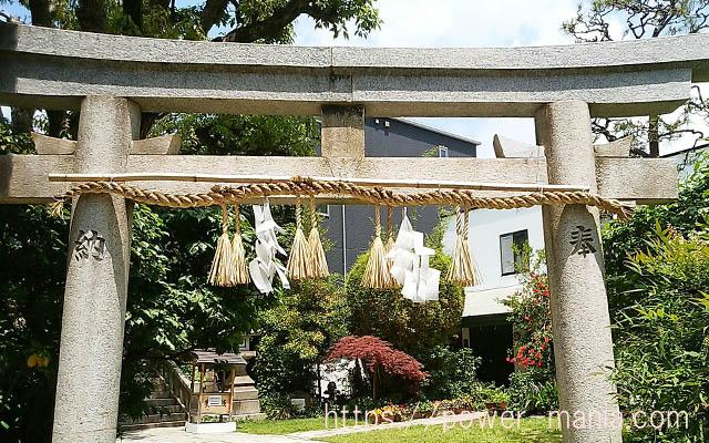一宮神社の鳥居から見た庭