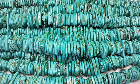 ターコイズのネックレスを数本横向きに並べたところ