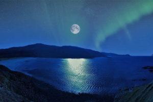 月と月光が映る湖