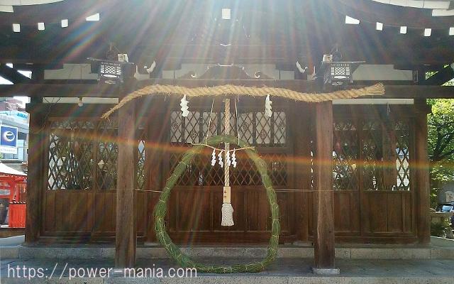 神社の拝殿に光が降り注いでいる様子