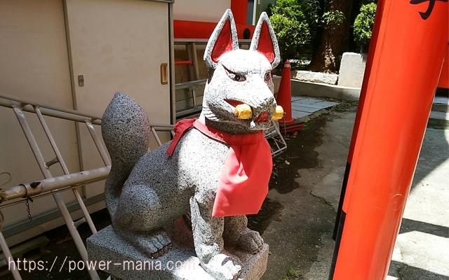 四宮神社の稲荷神社の左のお狐さん