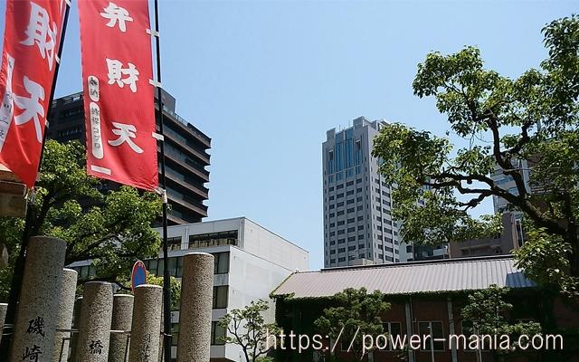 四宮神社の境内から見える県庁のビル