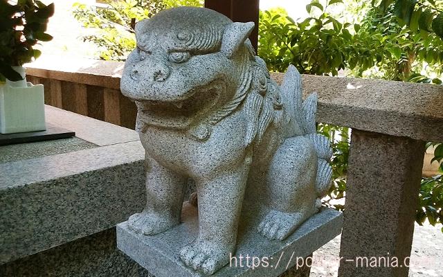 四宮神社の八幡神社の右の小さい狛犬