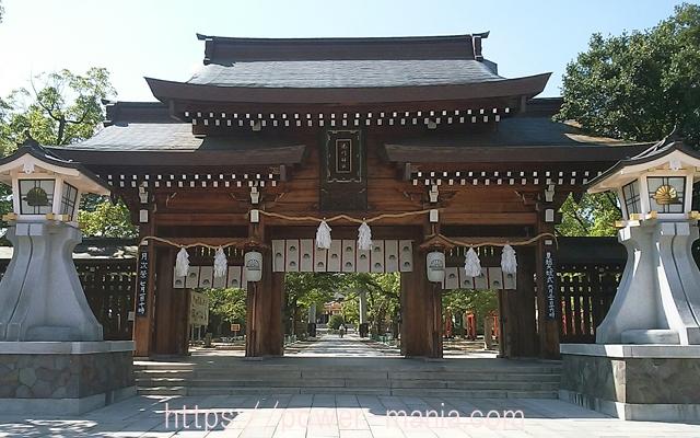 湊川神社の前