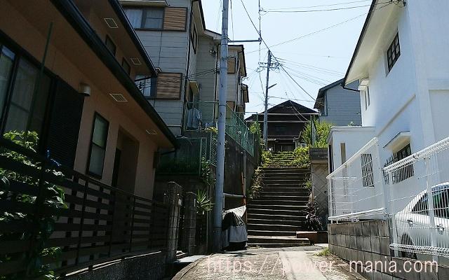 五宮神社へのアクセス・細い階段