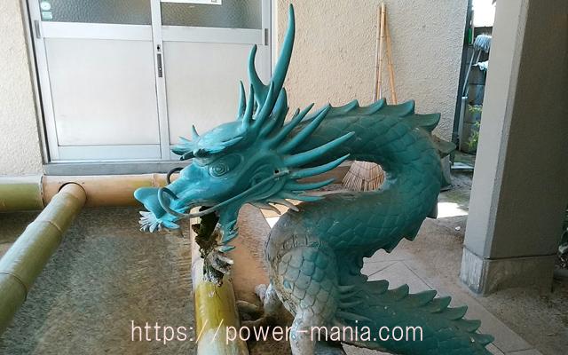 船寺神社の手水舎の龍