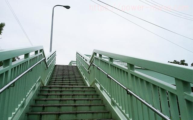 松尾稲荷へのアクセス・歩道橋を上がる