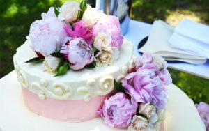 幸せのイメージの小さなウェディングケーキ