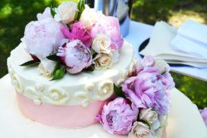 花で飾ったケーキ