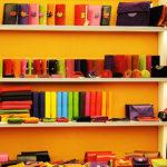 たくさんの色の財布
