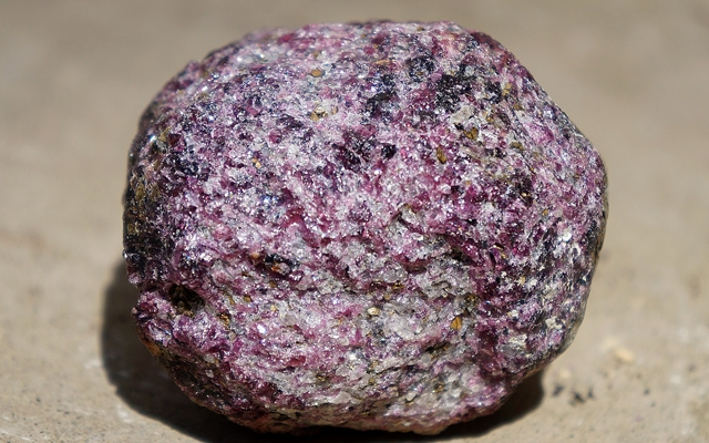 ガーネットの丸い原石