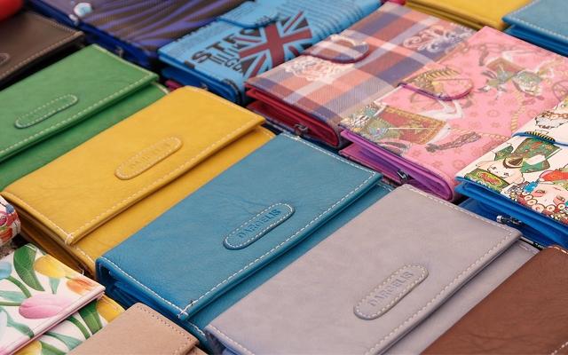 色とりどりの長財布