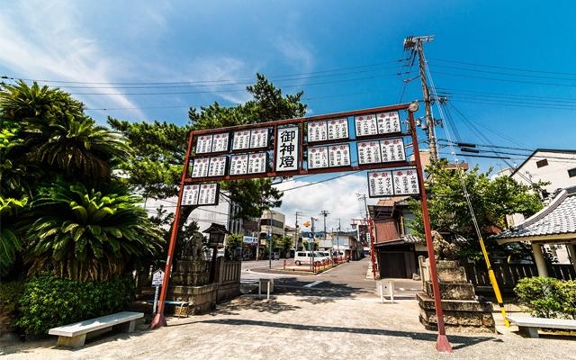 淡路島にある厳島神社(淡路島弁財天)の前