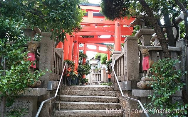 松尾稲荷神社の階段の先に見える赤鳥居