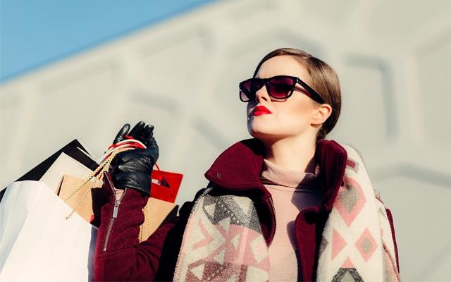 お金が貯まる財布で買物をする女性