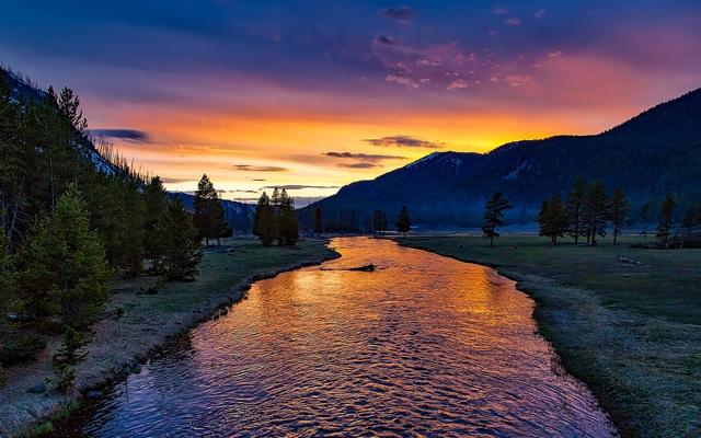 財布を使い始める夜の時間帯の山と川