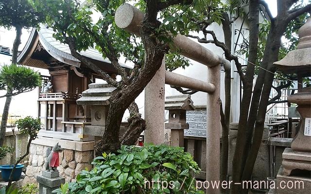 松尾稲荷神社の境内から参道を見たところ
