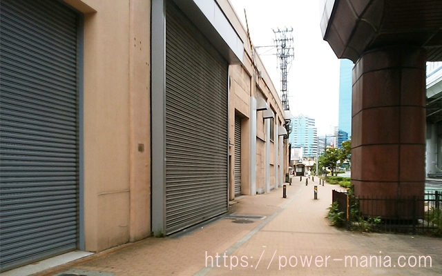 神戸駅へのアクセス・高架沿いの真っ直ぐの道