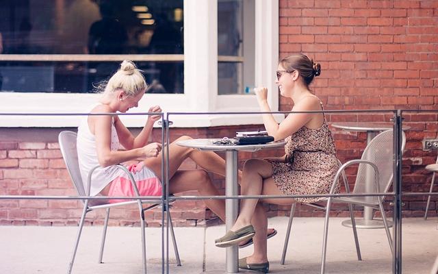 プラスの言葉のイメージ・楽しくおしゃべりをする2人の女性