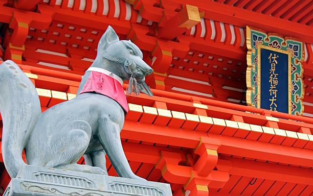 伏見稲荷大社の門とお狐さん