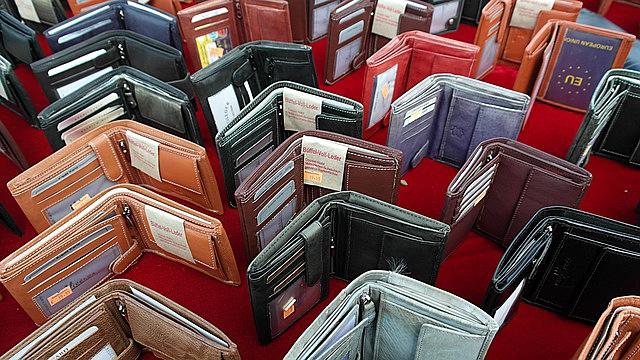 たくさんの茶色や黒色の財布