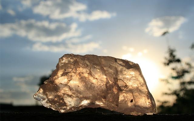 夕日に照らされた水晶の原石