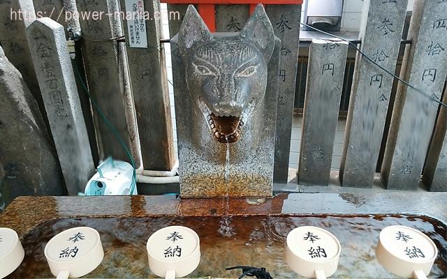 松尾稲荷神社の手水舎のお狐さんと柄杓