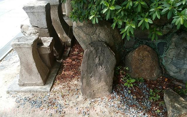 小さい石碑