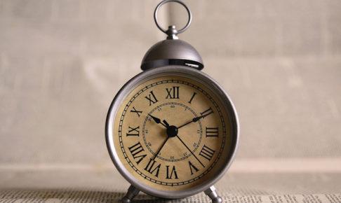 ローマ数字の置時計・財布を使い始める時間帯のイメージ
