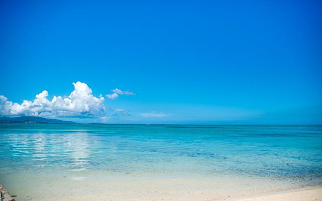 アクアマリンのように美しいブルーの海