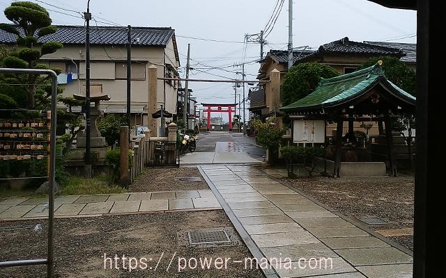 駒林神社の雨の境内